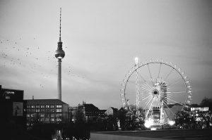 Weihnachtsmarkt Am Alexa Berlin. Panorama. Berliner Fernsehturm. Vogelschwarm
