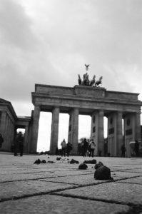 Ein Scheisshaufen vor dem Berliner Brandenburger Tor